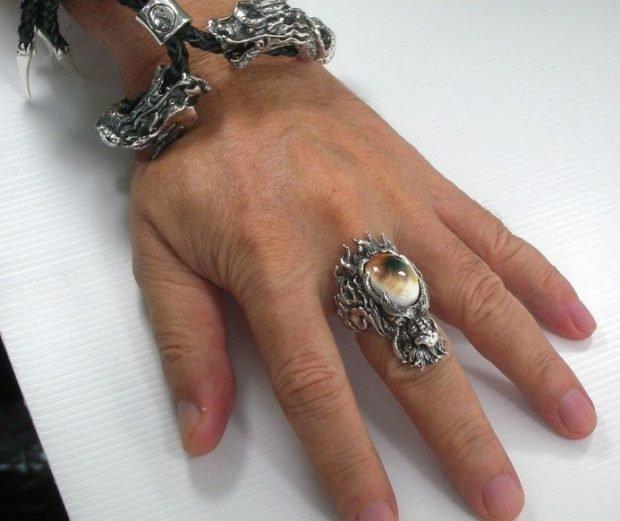 кольцо на среднем пальце массивное с камнем
