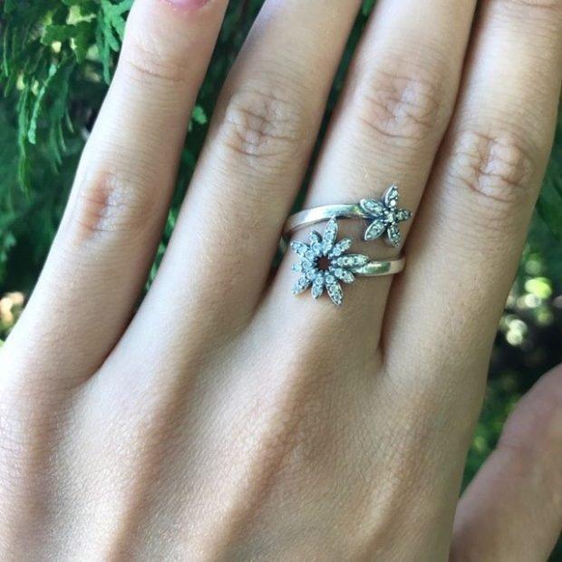 кольцо на среднем пальце с цветками серебро