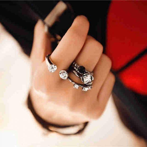 кольцо на среднем пальце массивное