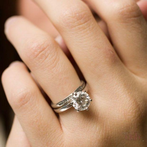 кольцо на безымянном пальце с камнем