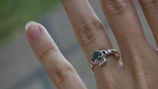 кольцо на безымянном пальце с сердечком