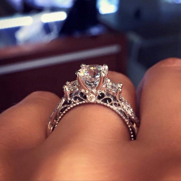 кольцо на безымянном пальце белое золото с камнями