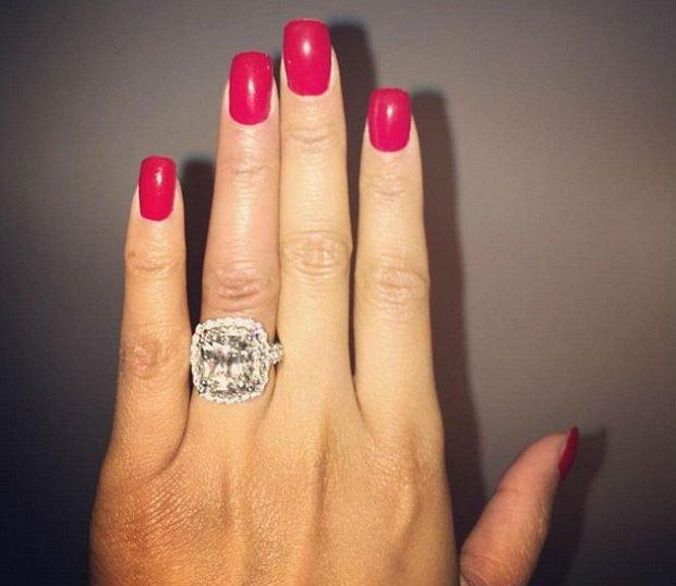 кольцо на безымянном пальце массивное с большим камнем