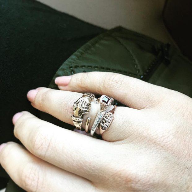 кольцо на безымянном пальце серебро массивное
