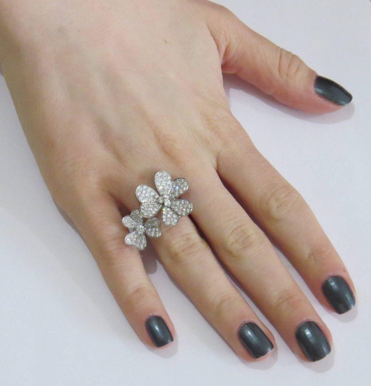 кольцо на безымянном пальце с цветками