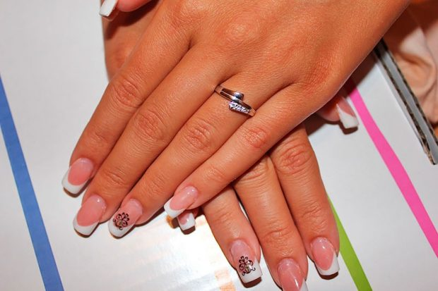 кольцо на безымянном пальце из золота с камушками