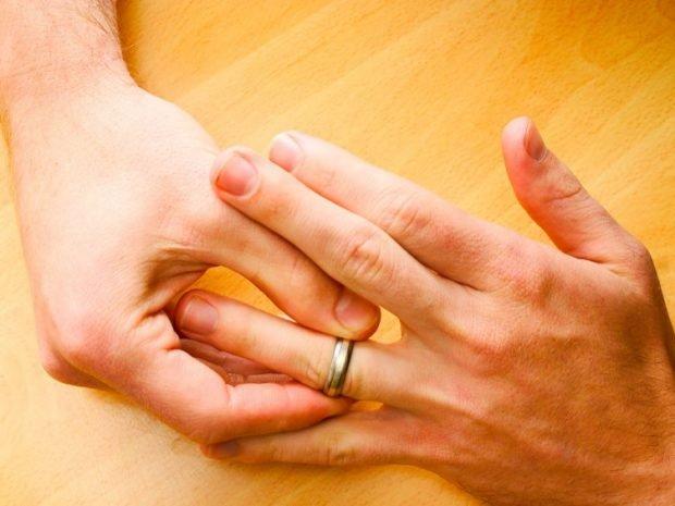 кольцо на безымянном пальце золотое