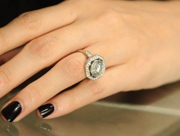 кольцо на безымянном пальце с камнями из белого золота