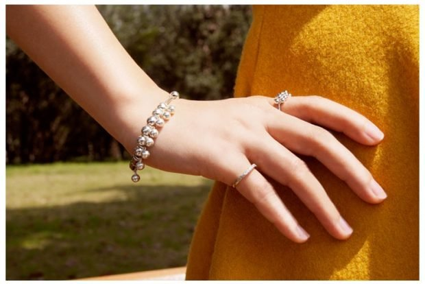 кольцо на мизинце тонкое золотое