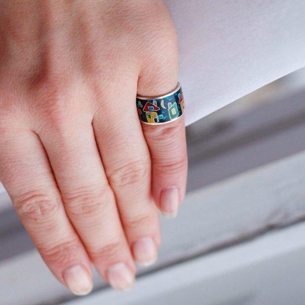 кольцо на мизинце широкое с домиками