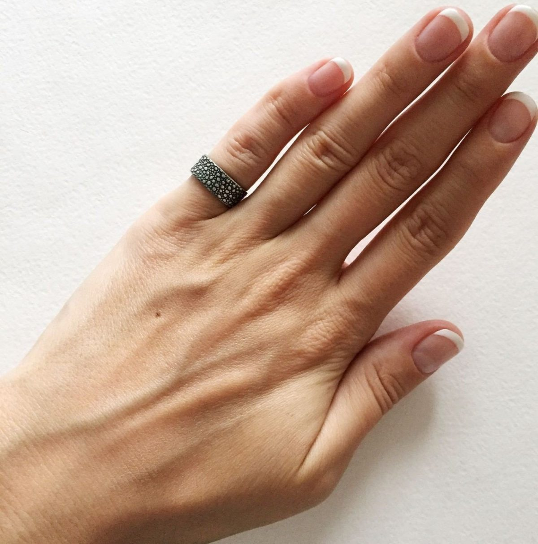 кольцо на мизинце широкое с камушками