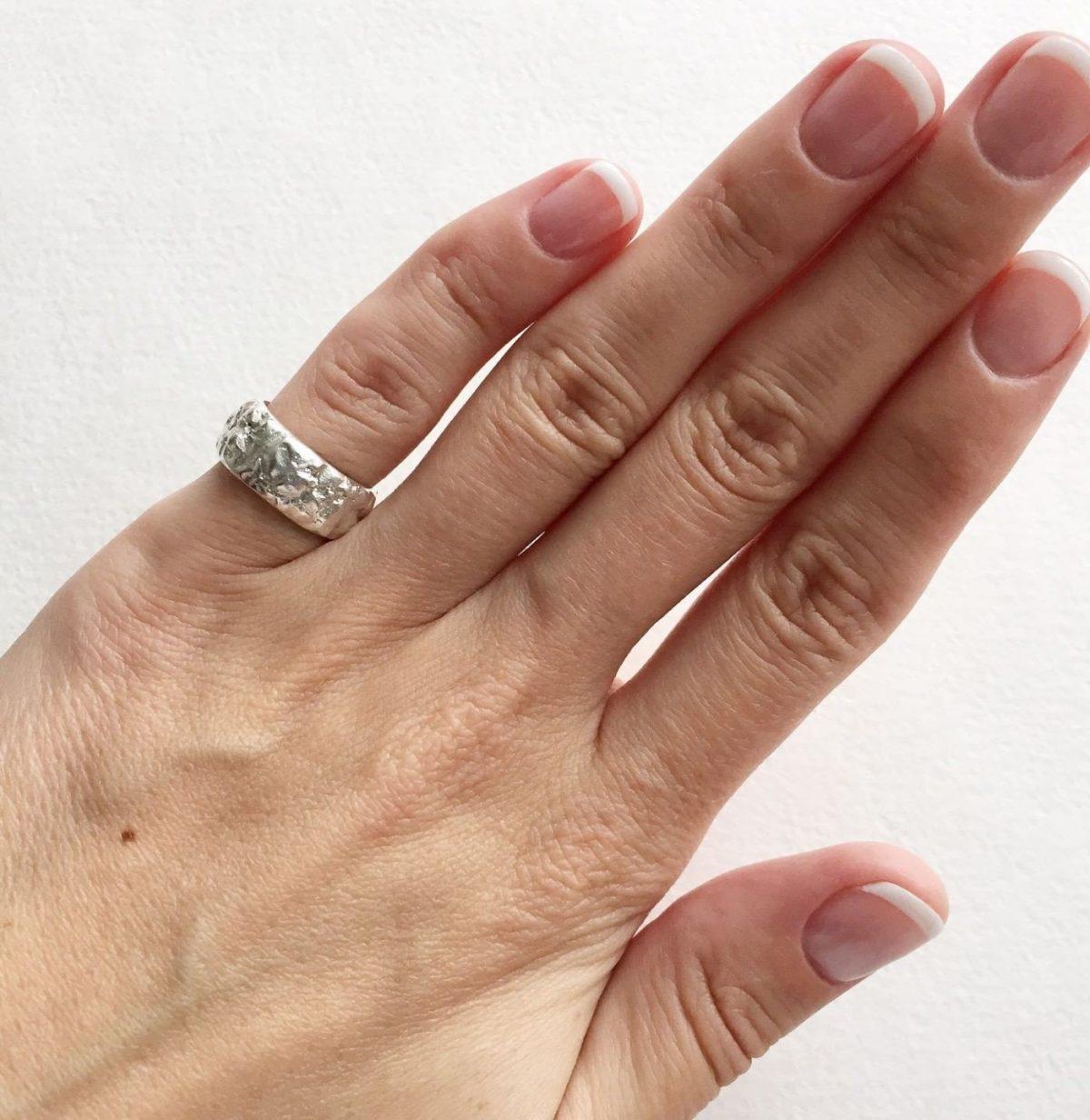 кольцо на мизинце широкое серебро