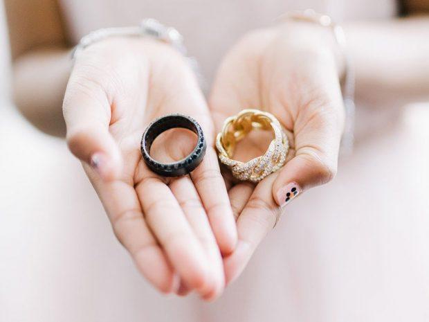 обручальное кольцо золотое плетение косой с камнями