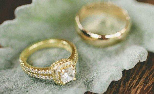 обручальное кольцо золотые с камушками мелкими и большим по центру