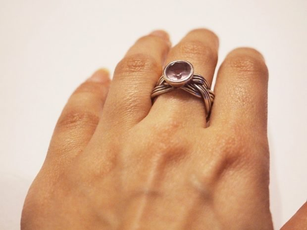 кольцо на среднем пальце плетение коса с камнем