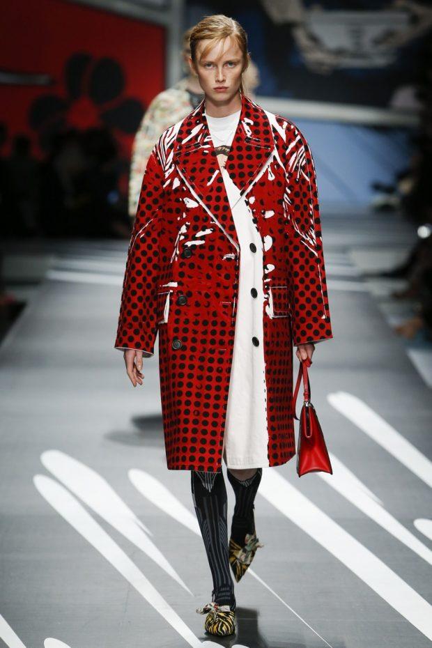 пальто из клеенки красное в черный горох