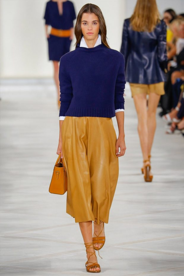 синяя кофта коричневая юбка миди