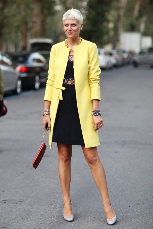 черное платье под желтое пальто