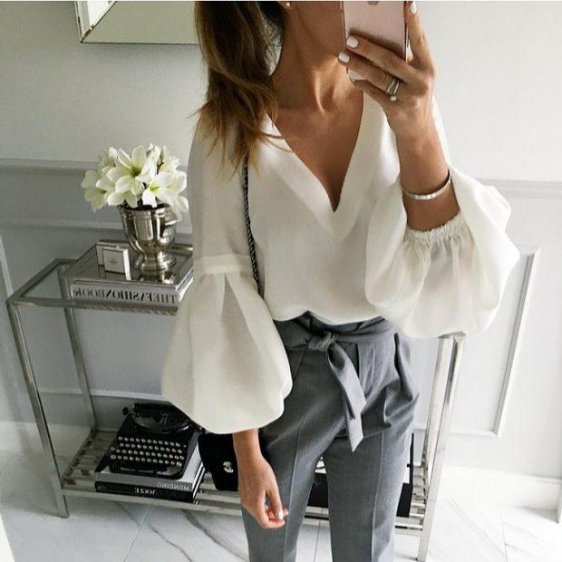 брюки серые и блузка с рукавами со сборкой