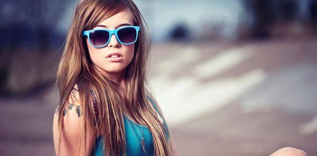 очки с голубой оправой