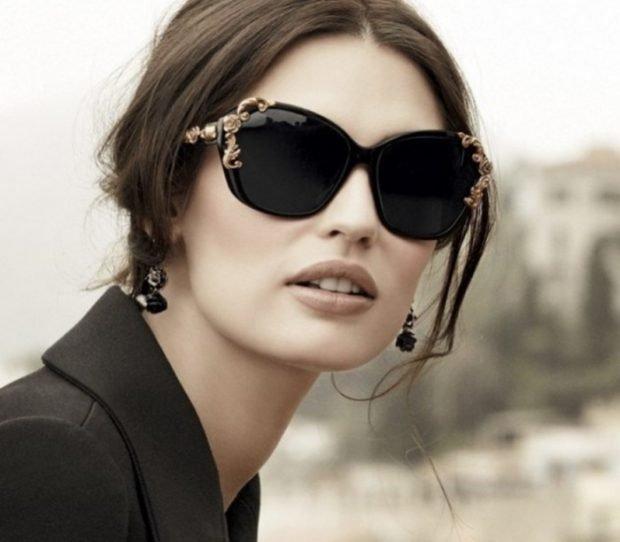 черные очки с золотыми украшениями