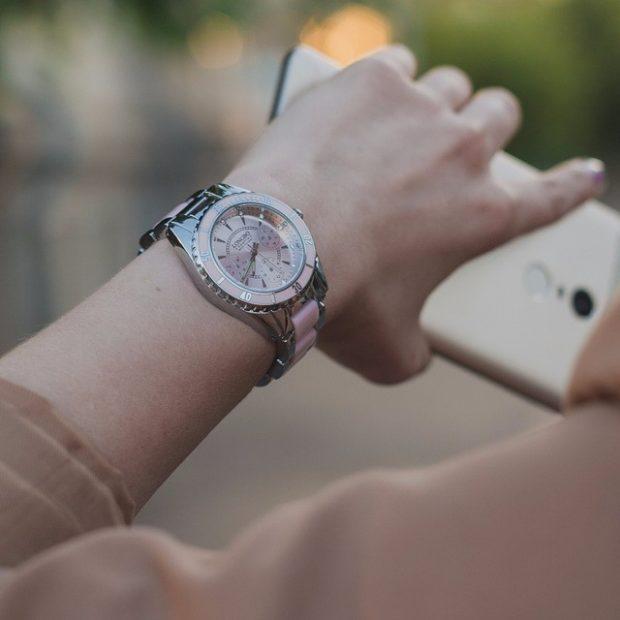 модные женские 2019 2020 часы круглые металлические