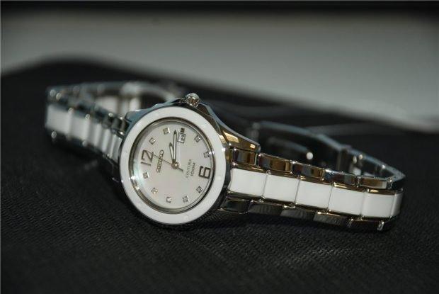 часы металлический ремень с белой вставкой круглый циферблат модные женские 2019 2020
