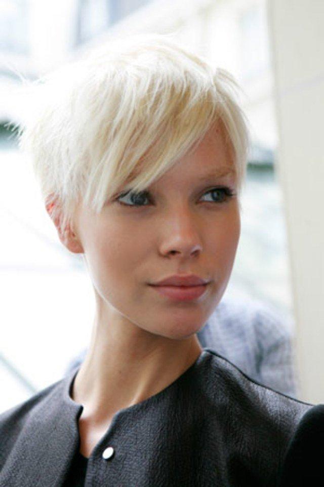 модная стрижка 2020 короткая челка косая для женщин за 30