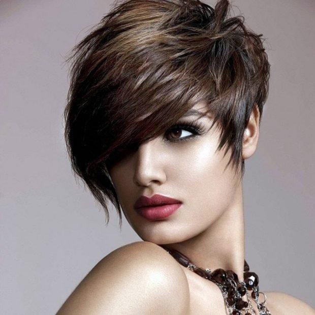 мода 2020 стрижка пикси на короткие волосы удлиненная челка на бок для женщин за 30