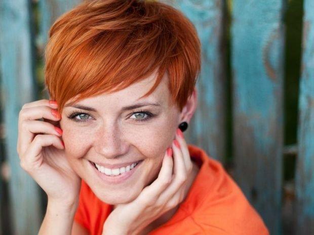 мода 2020 2021 стрижка пикси на короткие волосы удлиненная челка косая для женщин за 30