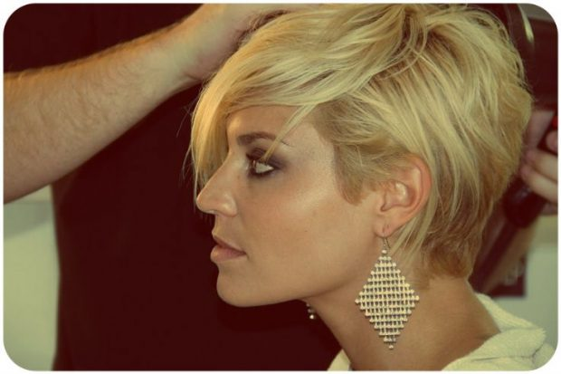 мода 2020 2021 стрижка пикси на короткие волосы удлиненная челка рваная косая для женщин за 30