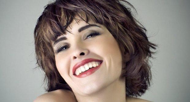 стрижка на короткие волосы стильный короткий каскад с рваной челкой для женщин за 30