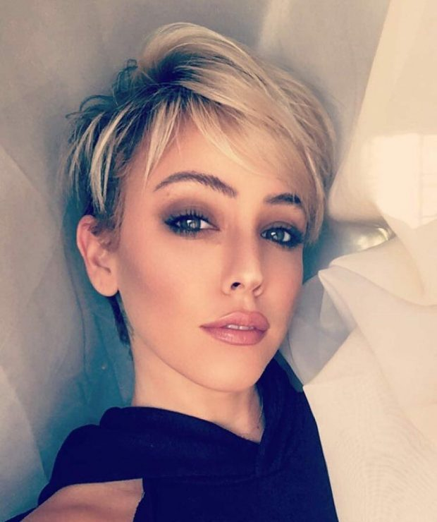 стильная стрижка на короткие волосы 2020 2021 года пикси с косой челкой для женщин за 30