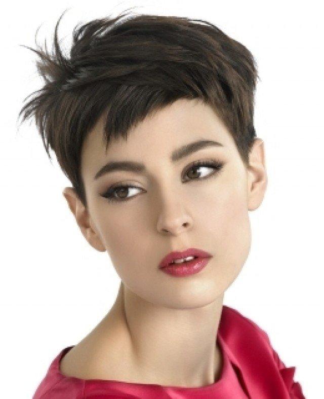 стрижка модная на короткие волосы пикси с короткой косой челкой для женщин за 30