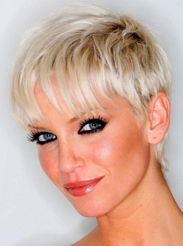 модная стрижка 2020 года на короткие волосы пикси с ровной челкой для женщин за 30
