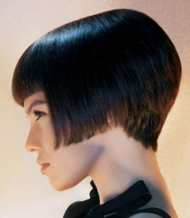 стрижка 2020 модное короткое каре на ножке с ровной челкой на короткие волосы для женщин за 30