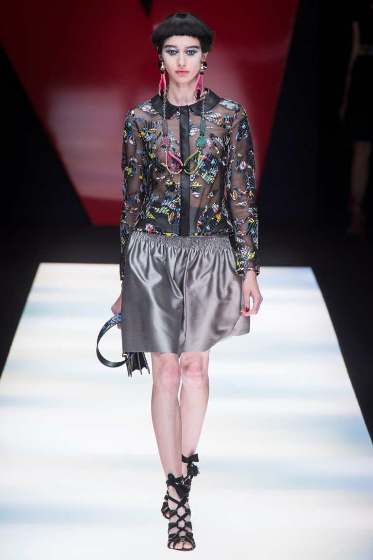 серая юбка блузка черная в цветной принт