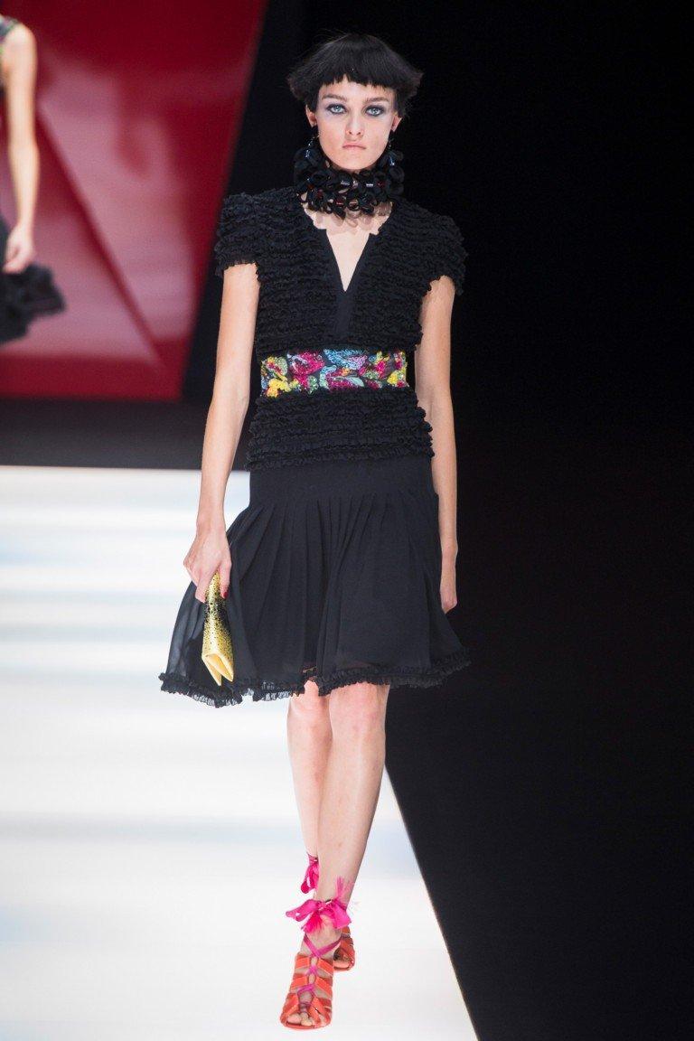 черная майка с цветным поясом юбка черная короткая