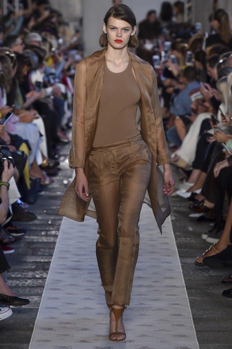 коричневые брюки под пальто и футболку в тон