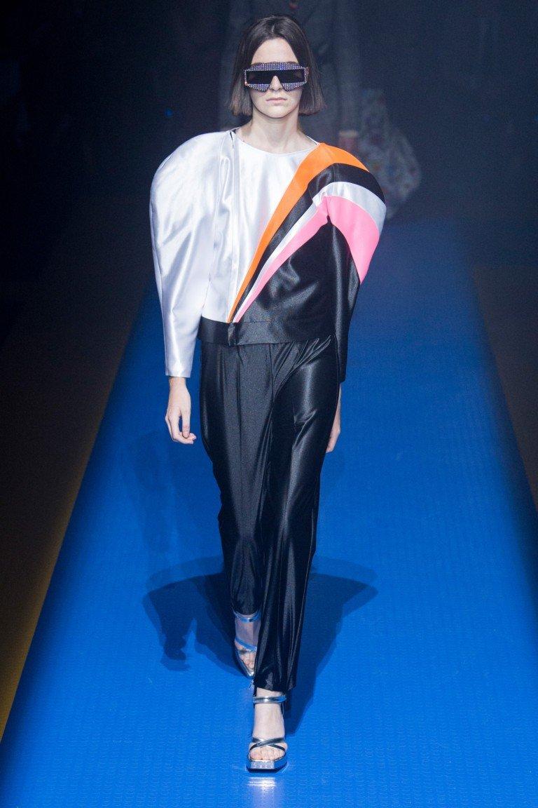 брюки черные блуза белая с черным розовым и оранжевым