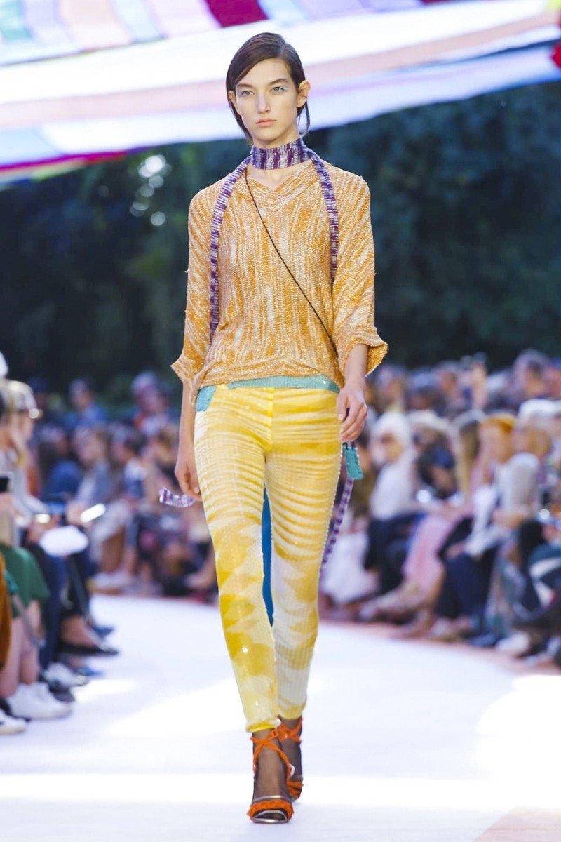 желтые штаны блузка коричневая