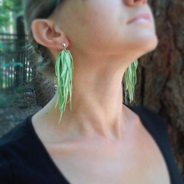 длинные серьги из кожи зеленые