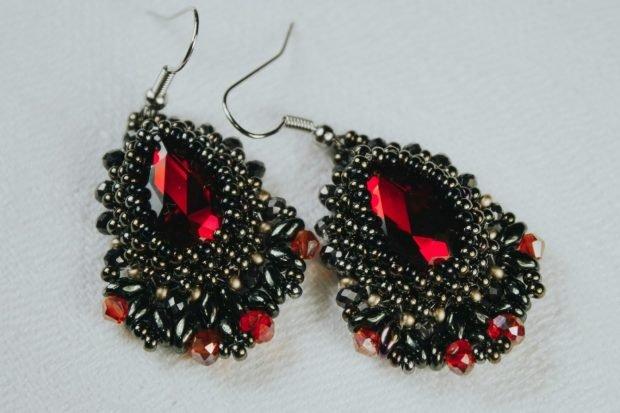 серьги-капли массивные черные с красным камнями