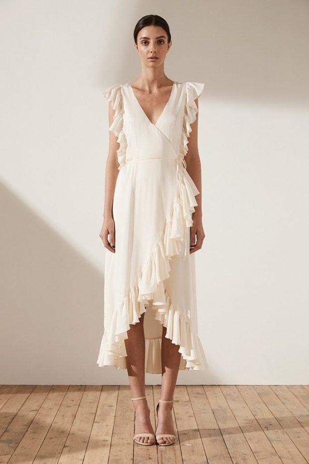 вечерние платья 2019 2020: модное белое миди с рюшками