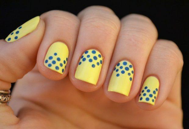 Яркий маникюр 2021: желтые ногти с синими кружочками фото новинки гель лак
