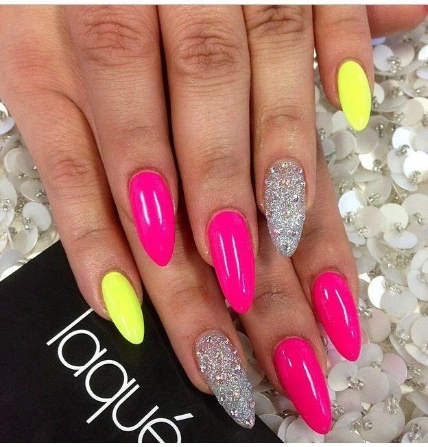 Яркий маникюр: ногти розовые с желтым и серебром