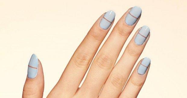 голубые яркие ногти с полоской 2018