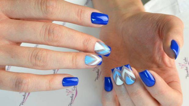 геометрический маникюр синий с белым и голубым с треугольниками
