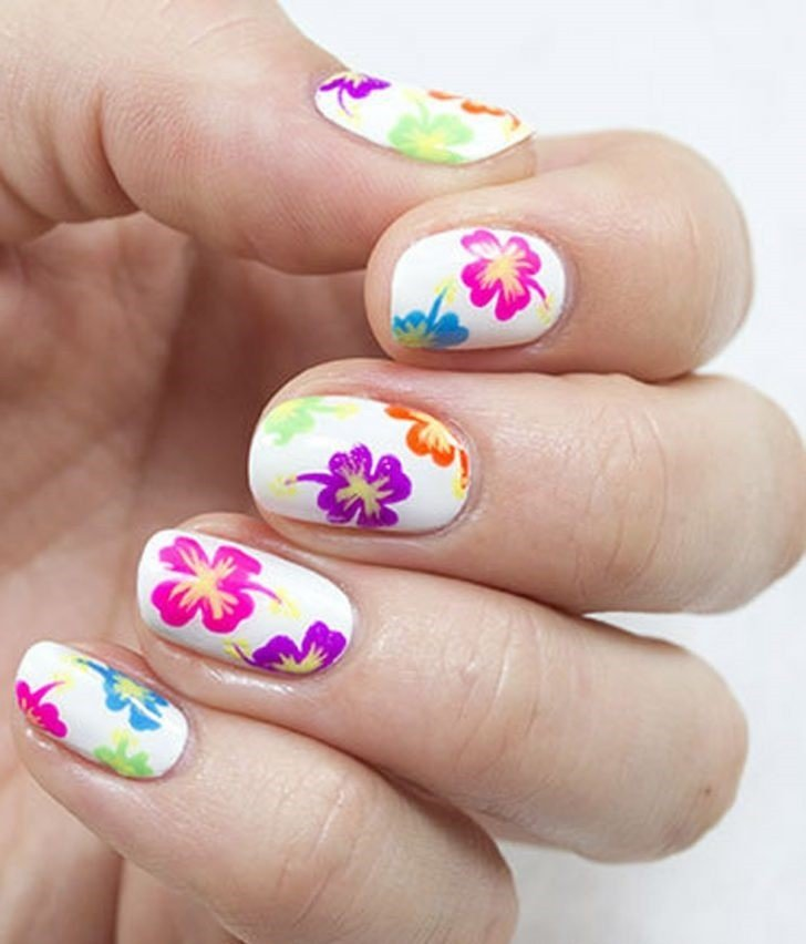 весенний цветочный маникюр 2018 белый с яркими цветами