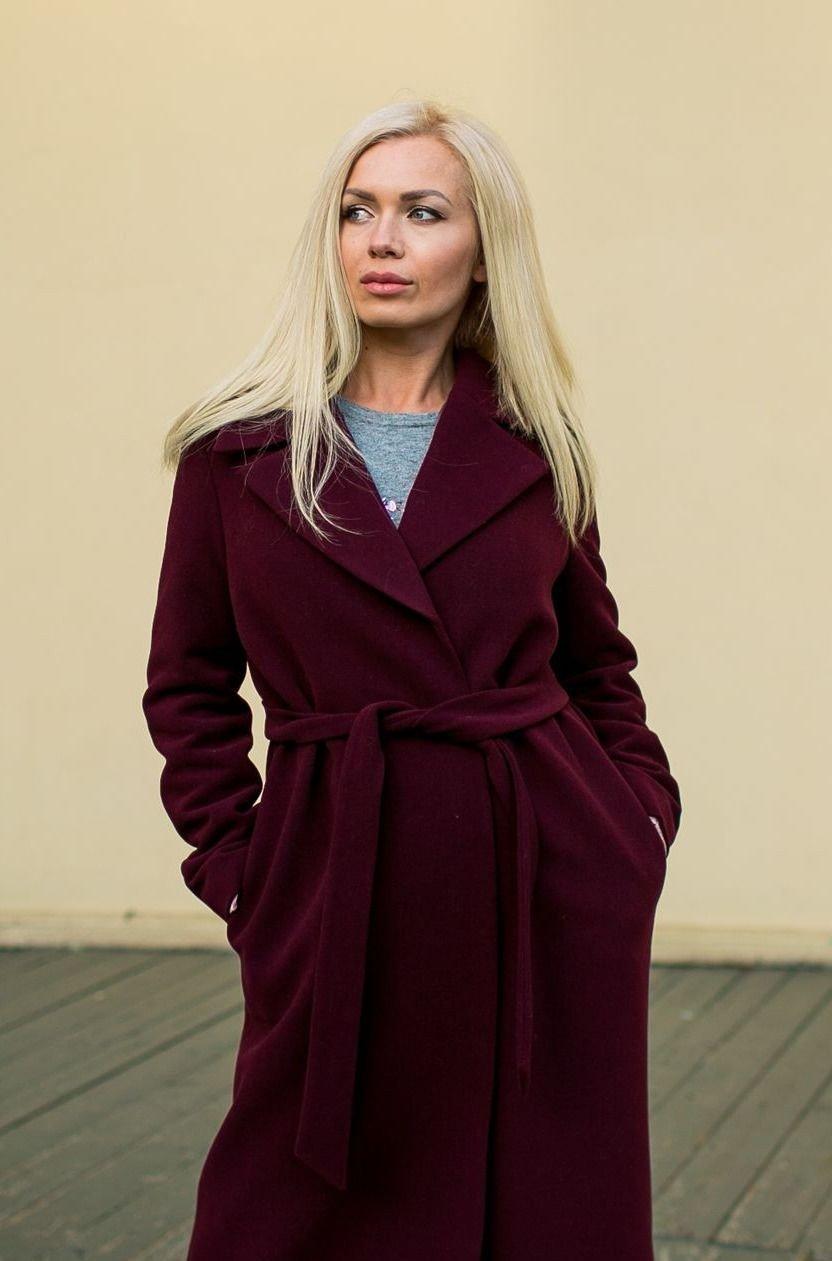 пальто цветом марсала с кофтой голубого цвета